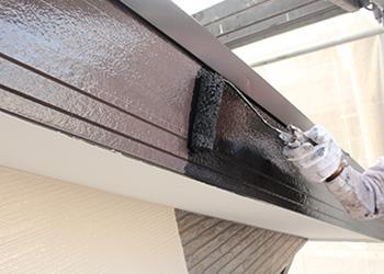破風板・鼻隠しは浸透下塗り後、上塗りを2回塗装していきます